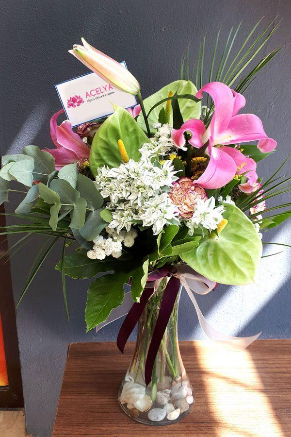 Cam Vazoda Sade ve Şık Çiçekler
