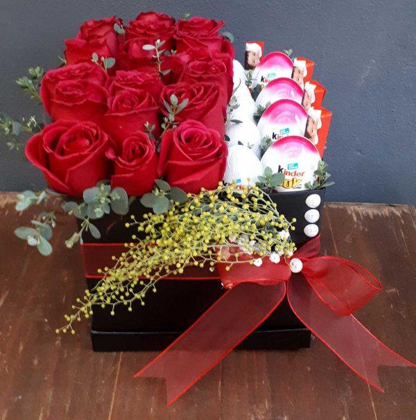 Kare Kutuda Kırmızı Güller ve Çikolata
